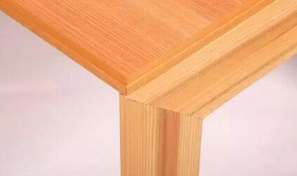 从而让木材表面呈现出浮雕般的凹凸质感